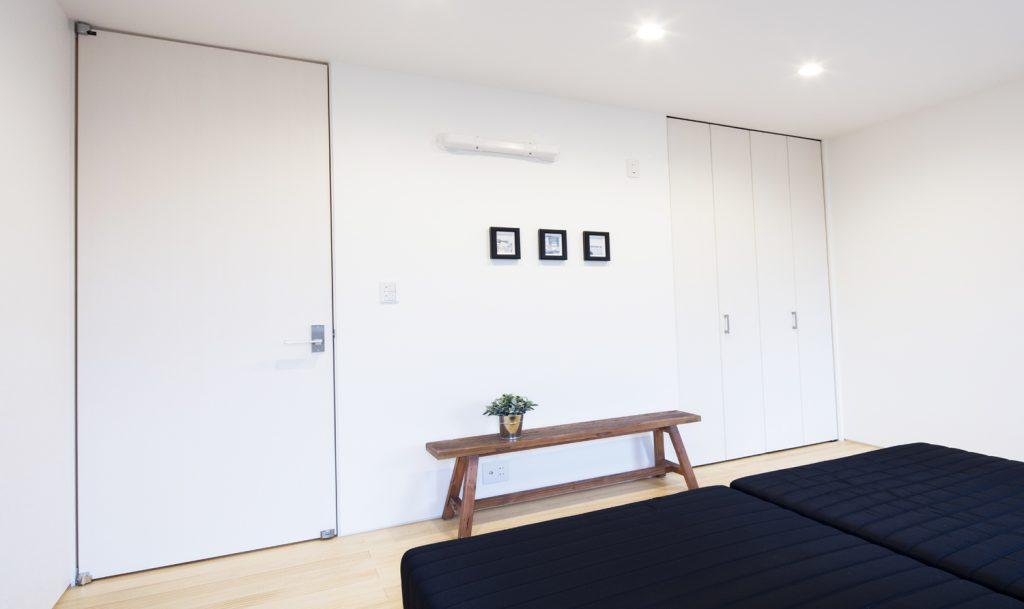 天井ジャスト建具はシンプルシンプルモダン追求した化粧シート仕上げです。